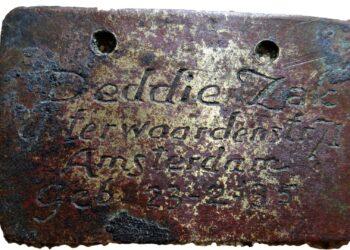 Etiquetas de identificação usadas por crianças em campo de extermínio