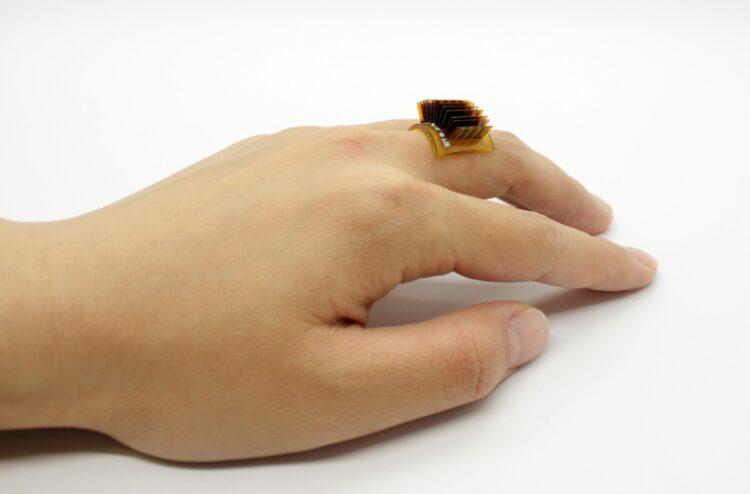 Um gerador de energia termoelétrica usado como um anel. (Xiao Lab)
