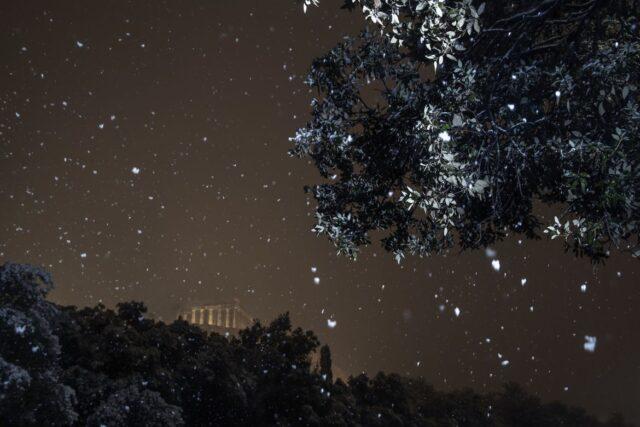Neve caindo na acrópole de Atena