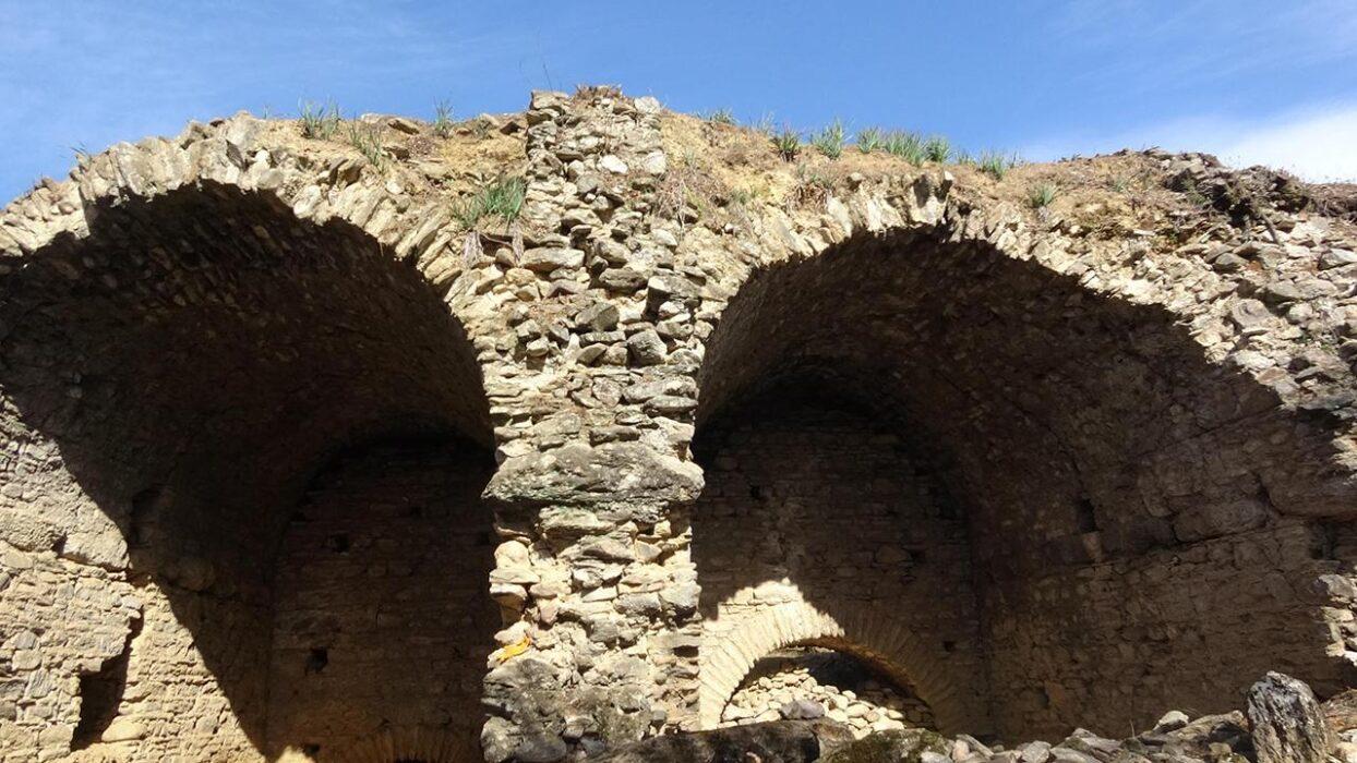 Arcos da réplica do coliseu romano encontrada na Turquia