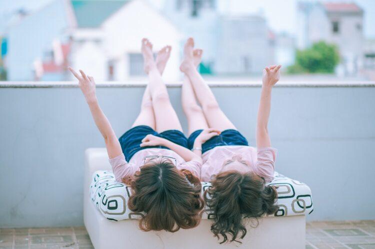 Estudo mostra que a quantidade de gêmeos ao redor do mundo está crescendo rapidamente. Entenda por quê. (Jess Foami/Pixabay)