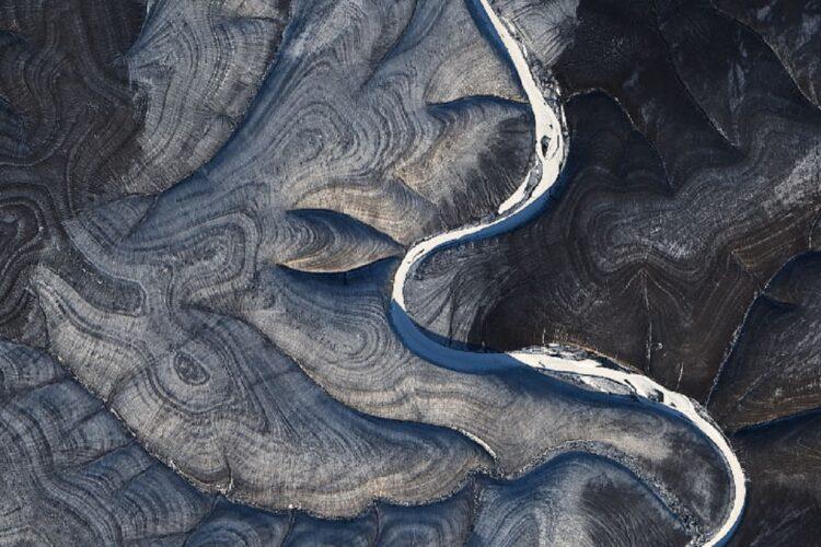 Os redemoinhos listrados deixaram os cientistas perplexos. (NASA Earth Observatory / Landsat 8)