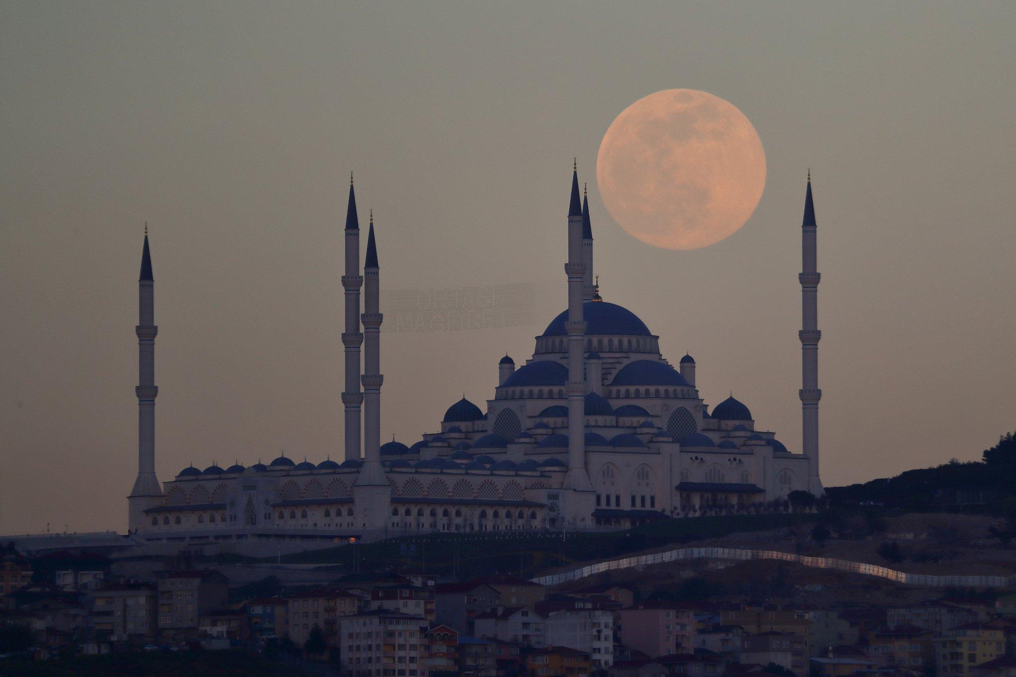 Super lua Rosa sobre uma mesquita
