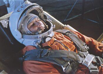 Yuri Gagarin treina na espaçonave Vostok em novembro de 1960, cinco meses antes de seu voo histórico. (Getty Images)