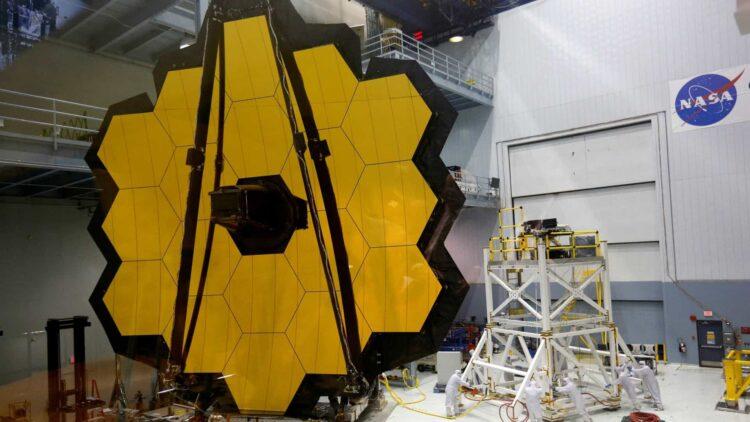 Telescópio espacial James Webb abre seus espelhos
