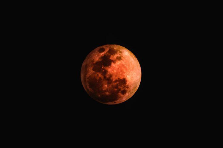 No dia 26 de maio ocorrerá um eclipse lunar total e uma super lua vermelha. O eclispe pode ser visto apenas parcialmente do Brasil. Imagem: ktphotography /Pixabay