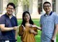 A equipe de pesquisadores: Hyunwoo Yuk, Jingjing Wu e Xuanhe Zhao segurando as cracas e cola inspirada nelas.