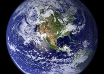 terra e sua superfície cheia de água